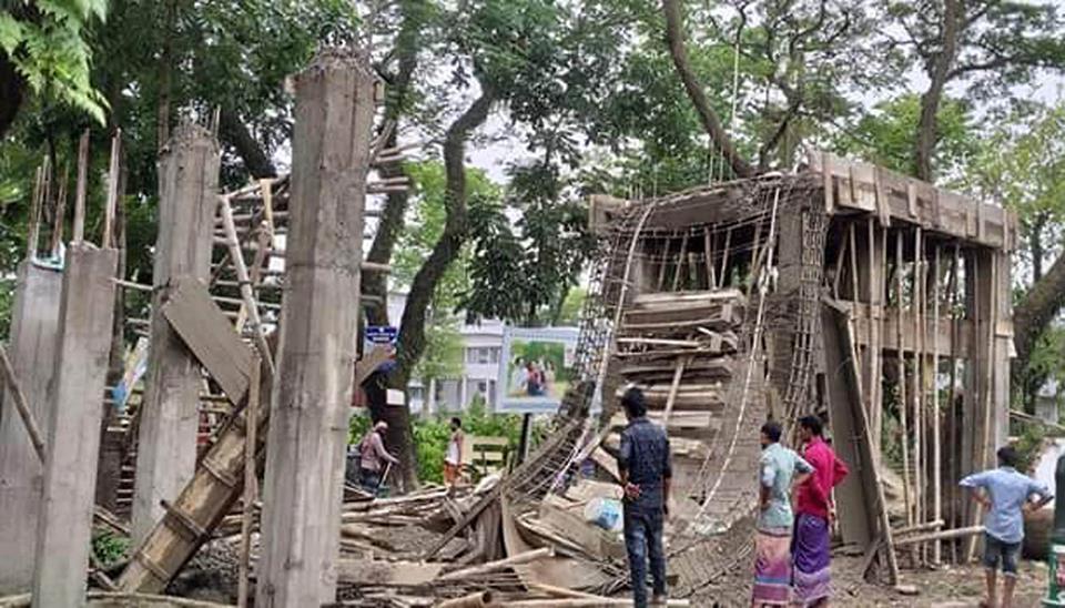 কানাইঘাট হাসপাতালের গেইট নির্মাণ কাজে ব্যাপক ত্রুটি : ভেঙ্গে পড়েছে গেইট