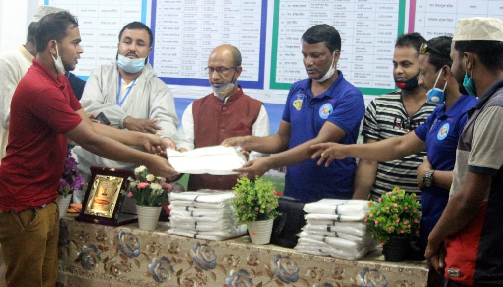 কানাইঘাট উপজেলা প্রেসক্লাবের সাংবাদিকদেরকে  ডক্টর খাজা শাহাব আহমদের পিপিই প্রদান