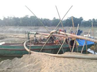 জকিগঞ্জে প্রশাসনের নাম ভাঙ্গিয়ে সুরমা নদী থেকে বালু উত্তোলন